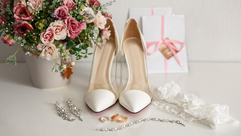 Hochzeitsaccessoires Brautmode auf Tisch